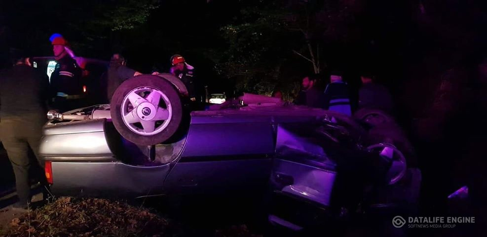 ავარია კახეთში-ავტომობილი ამოტრიალდა და 2 მამაკაცი დაშავდა